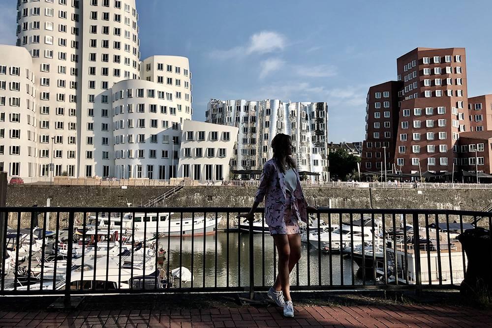 В Дюссельдорфе много интересных зданий. Эти называют пьяными, потому что у них нет ни одной прямой линии