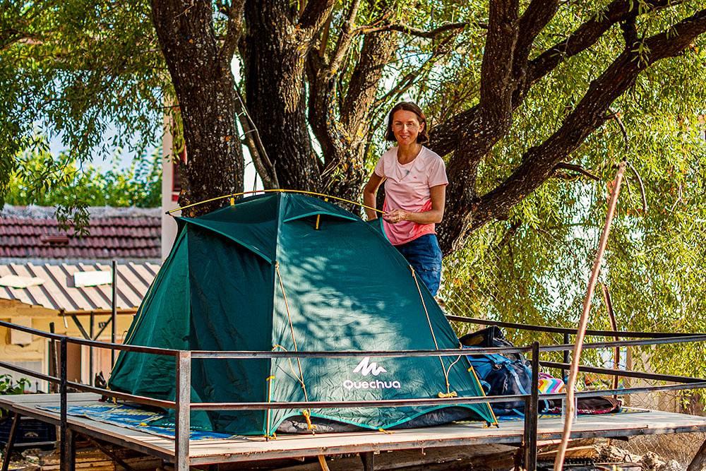 Мы поставили палатку на невысоком помосте поддеревом. Спать было также жестко, как на земле