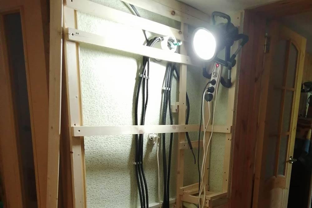 Электроразводка спряталась за деревянным каркасом. Иначе пришлосьбы монтировать провода в стены, а это долгая и грязная работа