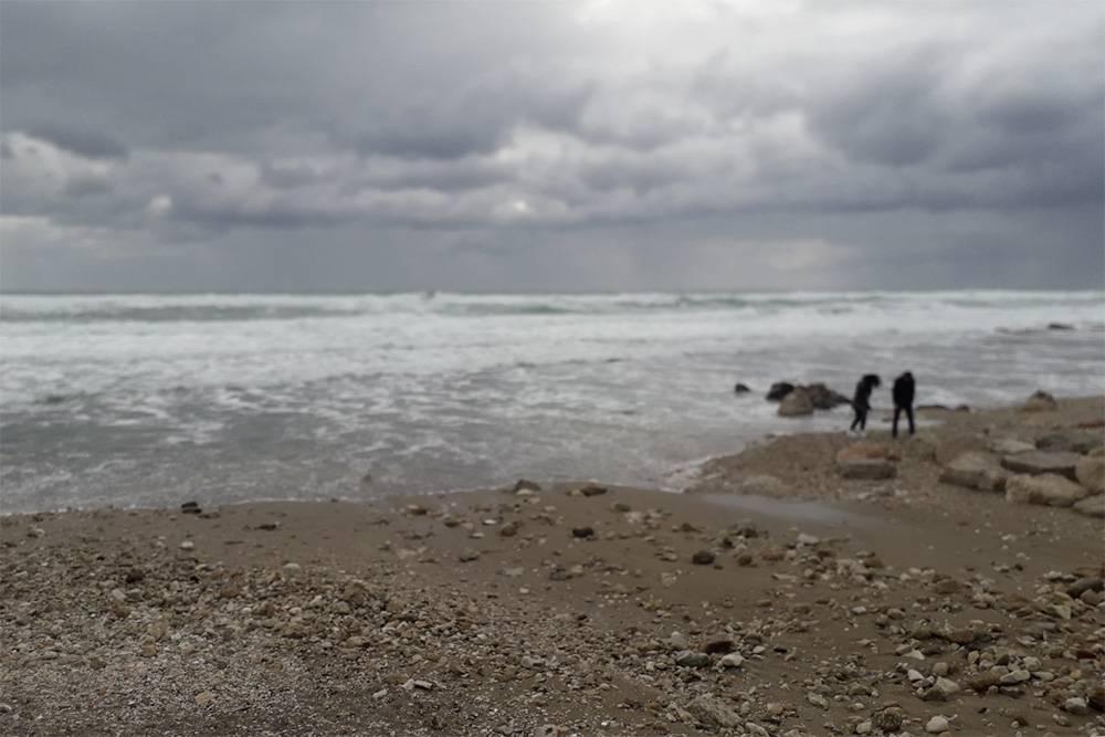 На море штормовая погода и людей почти нет. Очень красиво