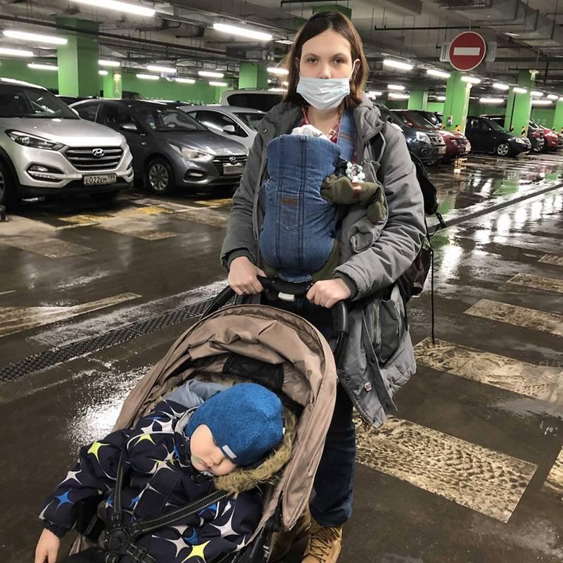 Так выглядят наши прогулки: с рюкзаками спереди и сзади я становлюсь неуклюжей и неповоротливой, зато могу передвигаться с детьми по городу безпомощников