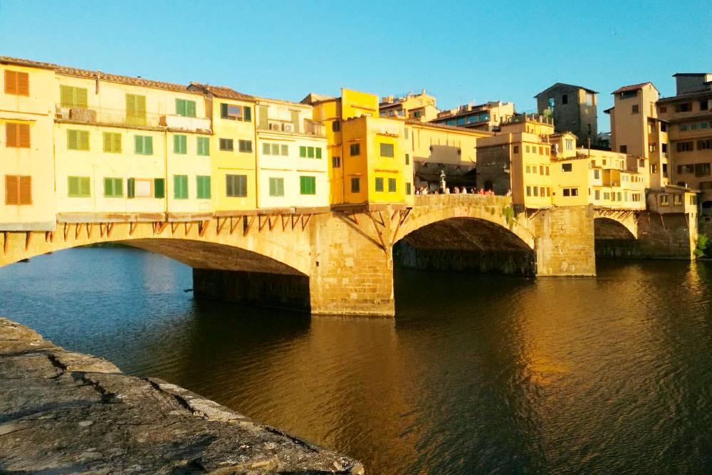 На знаменитом флорентийском мосту Понте-Веккьо в Средние века торговали мясники, а сейчас там самые дорогие бутики города