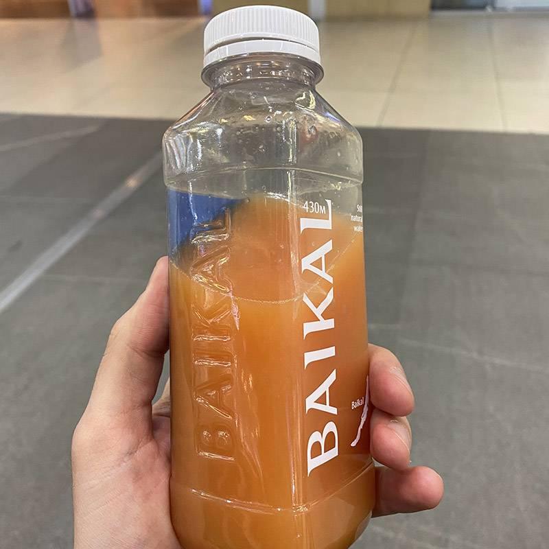 Во время прогулки по торговому центру выпиваю сок, который утром сделала О.