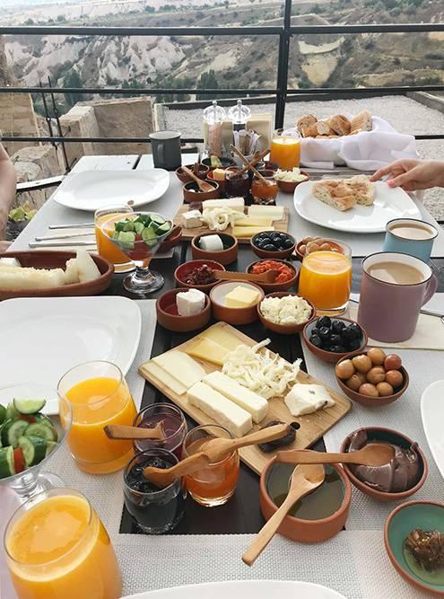 Очень вкусные завтраки вотеле: закуски, мед, джемы, сыры, соки, фрукты, лепешки итосты