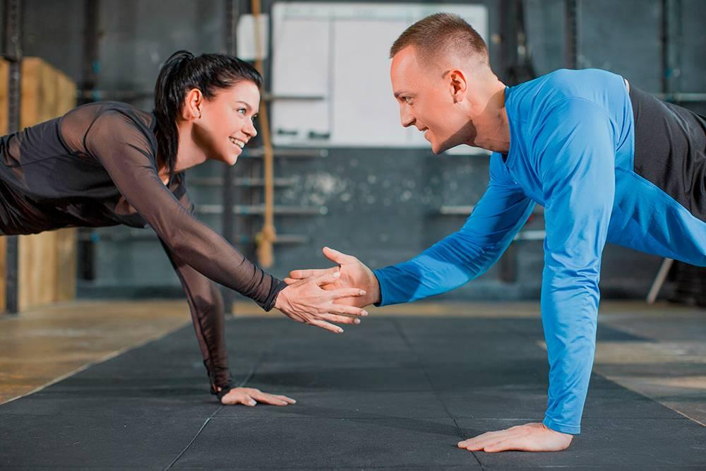 Кроме индивидуальных упражнений, были парные. Например, приходилось стоять в планке друг напротив друга и «давать пять» поочередно разными руками. Источник: B-Media / Shutterstock