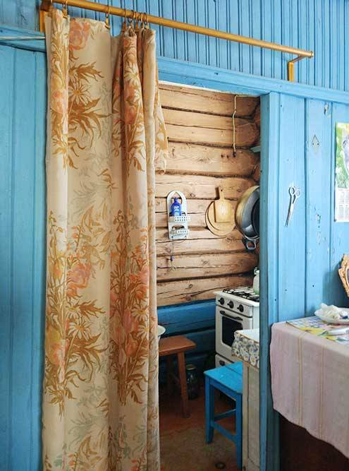 Синей стенкой разделены зоны кухни и столовой. Газовая плита оказалась неисправной. Зато лавку, табурет и несколько полочек мы отмыли ипрекрасно ими пользуемся