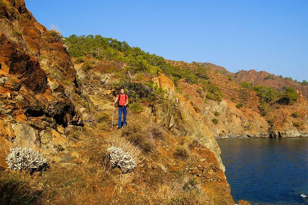 Летом и в начале осени ходить по тропе жарко — хочется скинуть рюкзак и нырнуть в море