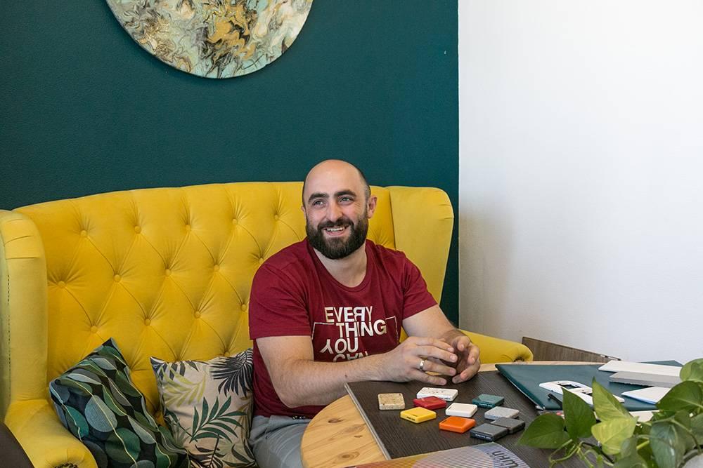 Алексей взял на себя всю техническую сторону и помогал в проработке бизнес-модели. Он настроил айти-процессы, но не вмешивается в управление и дизайн. Сейчас он технический консультант компании — предлагает и внедряет новые решения в работе сервиса. Предпринимательницы выплатили ему долг, и сейчас он работает как приглашенный специалист