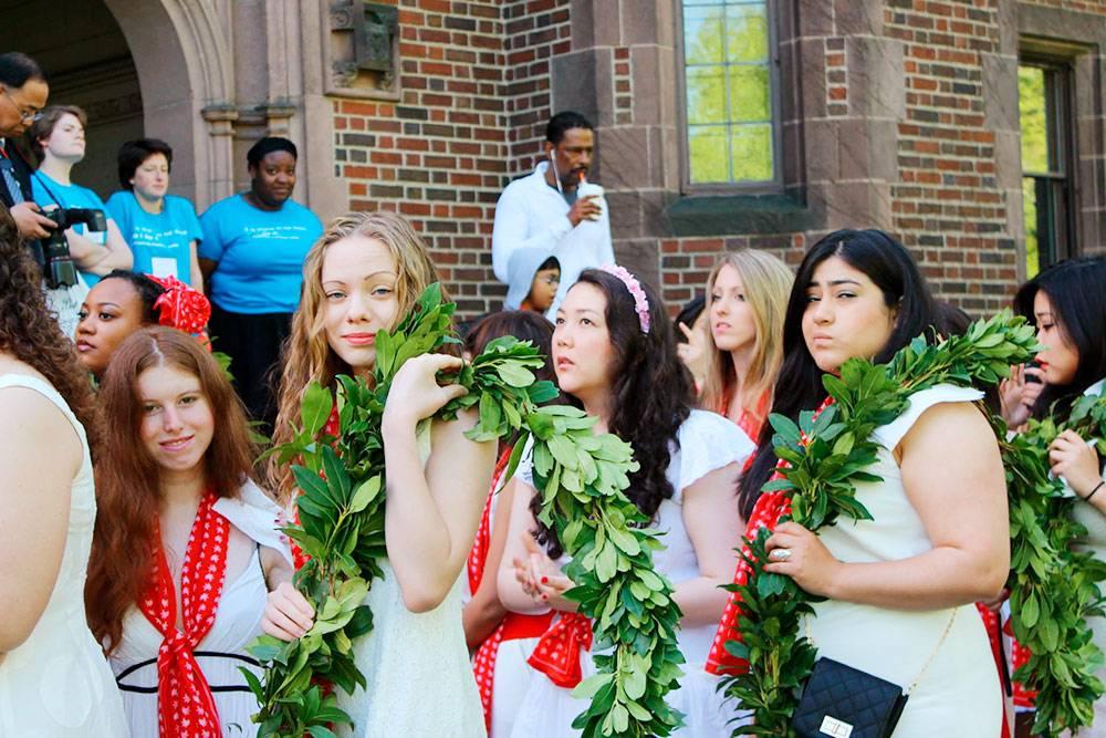 Я — вторая слева — на выпускном в колледже