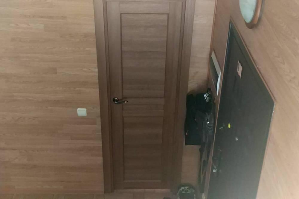 Дверь в санузел на первом этаже. Когда покупал, старался подобрать по цвету стен, но куска ламината с собой не было. По памяти получилось не очень. Но и задачи угадать идеально не было