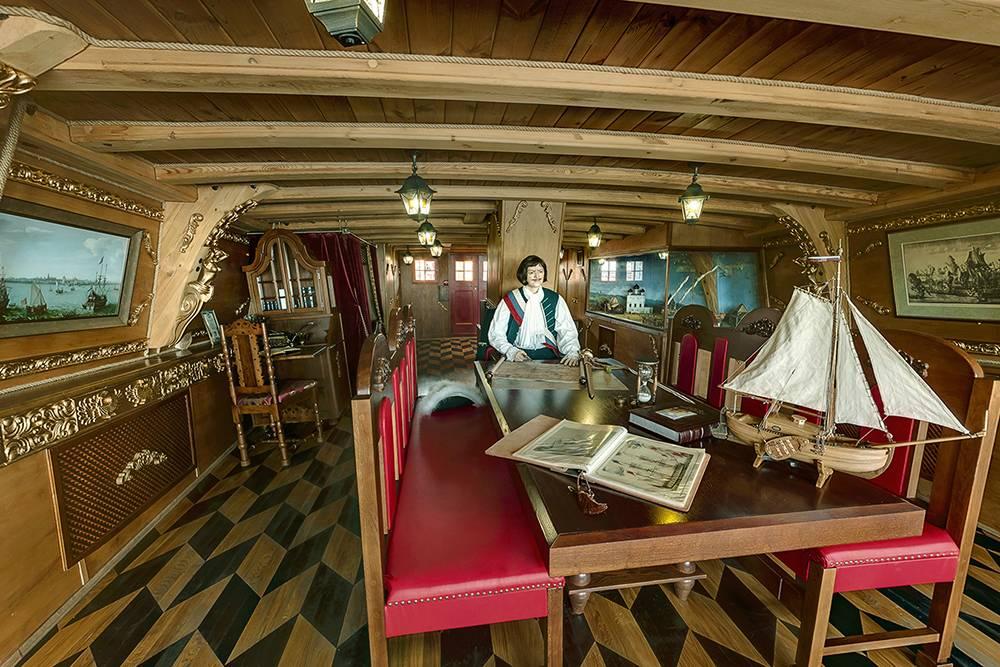 В помещениях корабля расставили восковые фигуры в исторических костюмах. На этой фотографии — император за рабочим столом. Источник: firstship.ru