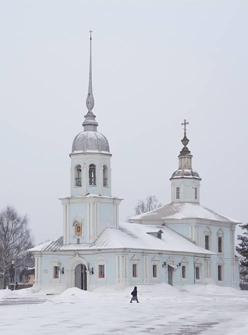 Церковь Александра Невского 18 века находится возле кремля, но почему-то не считается его частью