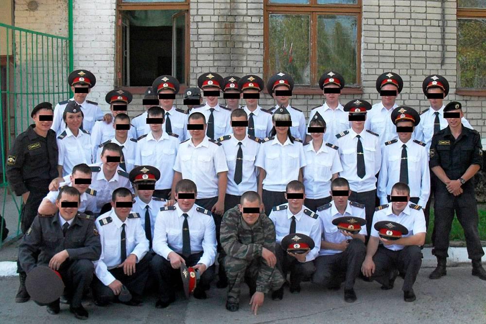 Занимались все вместе: патрульные полицейские, дорожные инспекторы, омоновцы. Лица пришлось скрыть