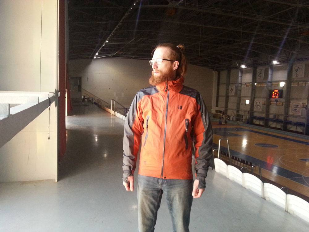 Легкая ветровка с мембраной. Эта куртка может понадобиться, когда долго стоишь на страховке и чуть подмерз. На высоте в ней будет уже холодно