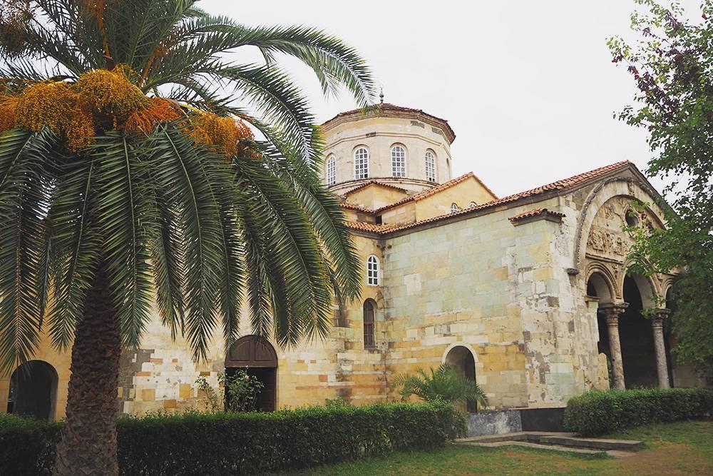 Собор Айя-София — главная достопримечательность Трабзона. Этот христианский храм с уникальными фресками, построенный в 13 веке, сейчас действует как мечеть и музей. К сожалению, мы приехали поздно — музей был закрыт