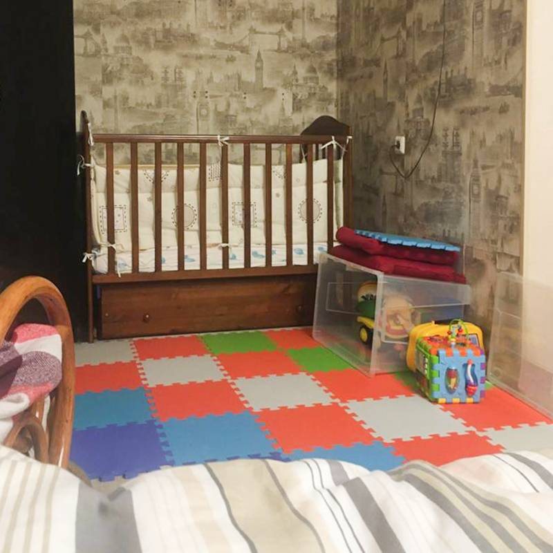Ножки илиручки не застрянут в кроватке, а малыш не сможет перелезть. Игровую зону мы застелили мягкими ковриками