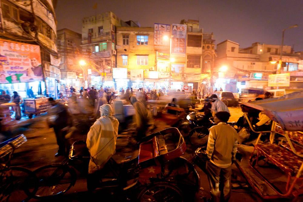 Улица в центре Дели. Мы не рискнули брать байк из-за количества пешеходов и другого транспорта. Фото: Saad Akhtar/Flickr