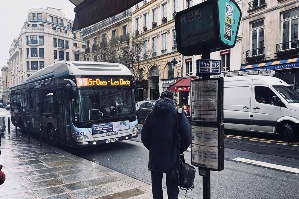 Многие автобусы в Париже «экологически чистые»: они либо полностью электрические, либо гибридные, либо работают на биогазе