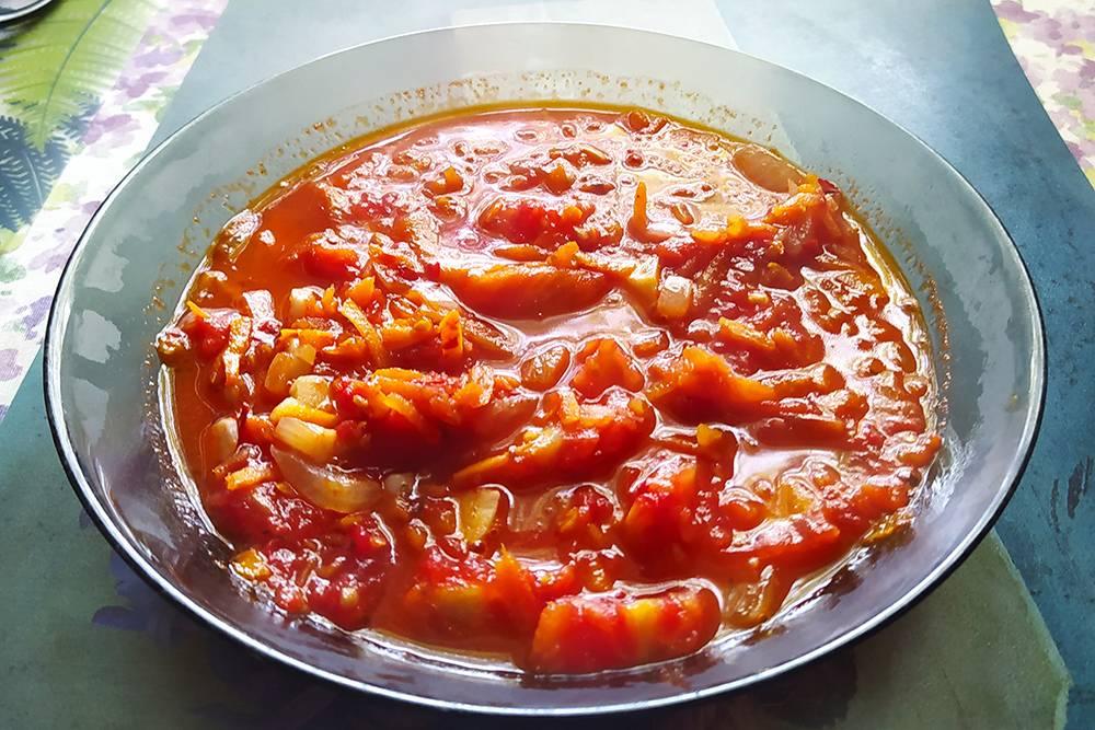 Овощная фантазия: обжарила лук, потушила морковь, добавила помидоры безкожуры, магазинную аджику, а в конце чеснок. Вкусно!