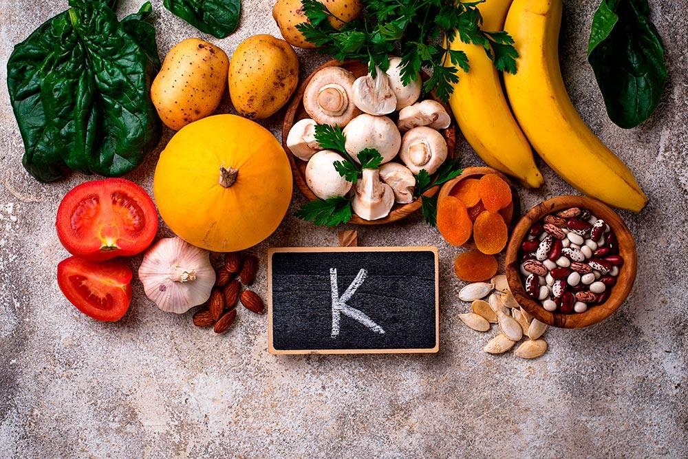 Чтобы пополнить запасы витамина К в организме, на работе вместо чая с тортиком можно иногда устраивать перекус из орехов и семечек. Или добавлять их в каши и салаты