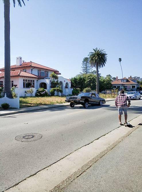 В Санта-Крузе расслабленная атмосфера, полупустые улицы и много скейтеров