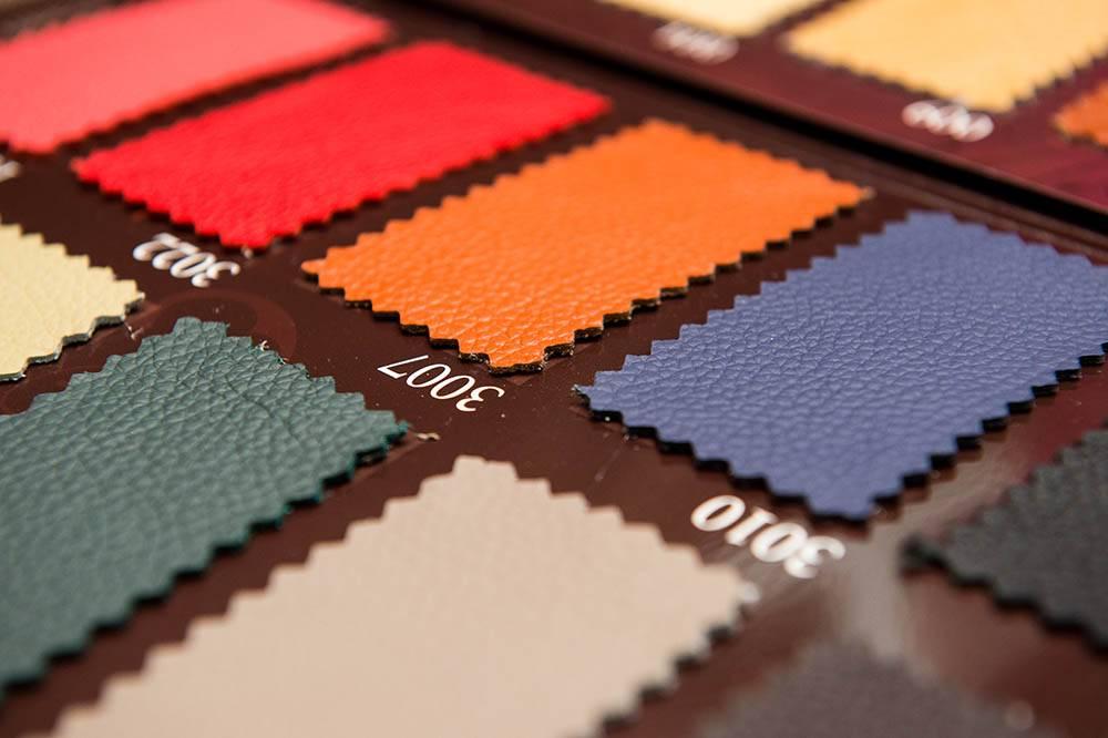 Перетяжка мебели кожзаменителем стоит на 9—10% дороже, чем тканью