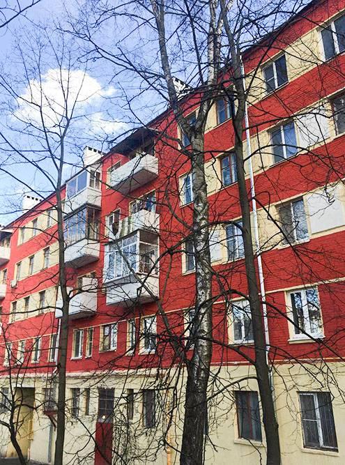 Находка № 2. Кажется, что такой яркий красный цвет и высокий первый этаж — редкость дляпятиэтажки