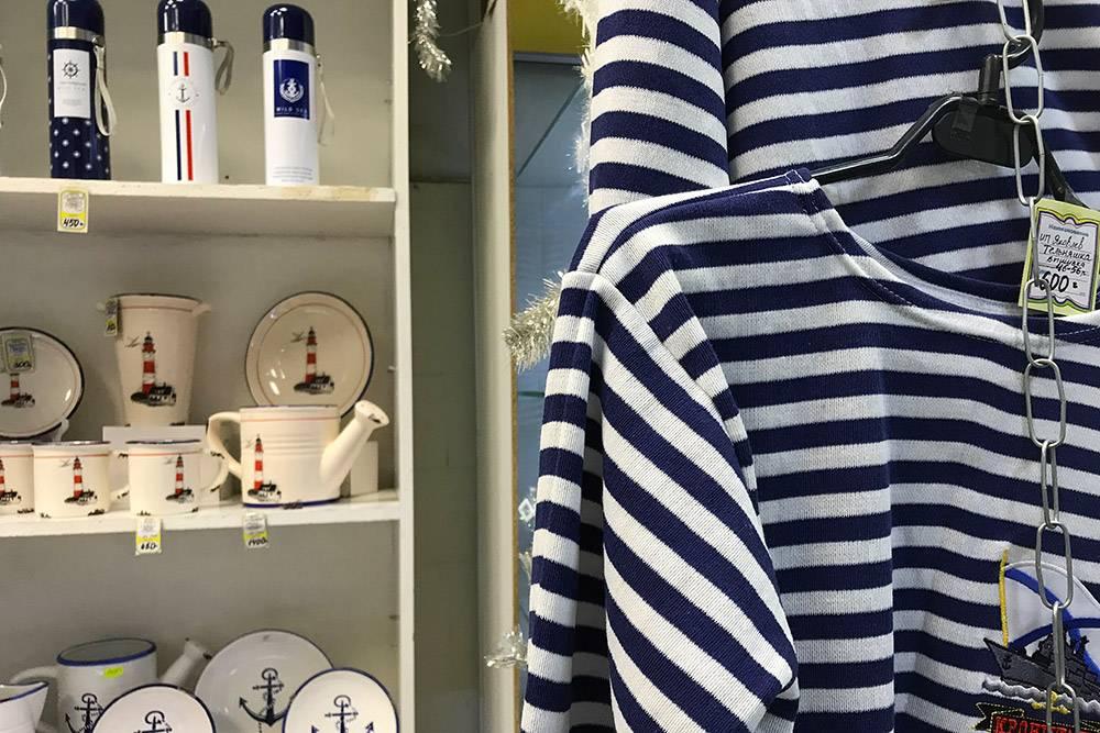 Сувенирные магазины обычно — кровь из глаз, но в Кронштадте морская тема диктует милый сердцу минимализм. От термоса или кружки с якорем, например, я бы не отказалась