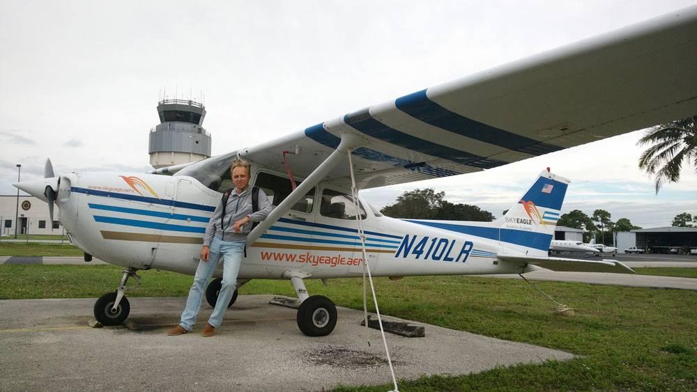 Цессна-172 — самый популярный легкий самолет в мире, простой в управлении и надежный в эксплуатации. Им легко управлять даже новичкам, поэтому его очень любят и авиационные школы