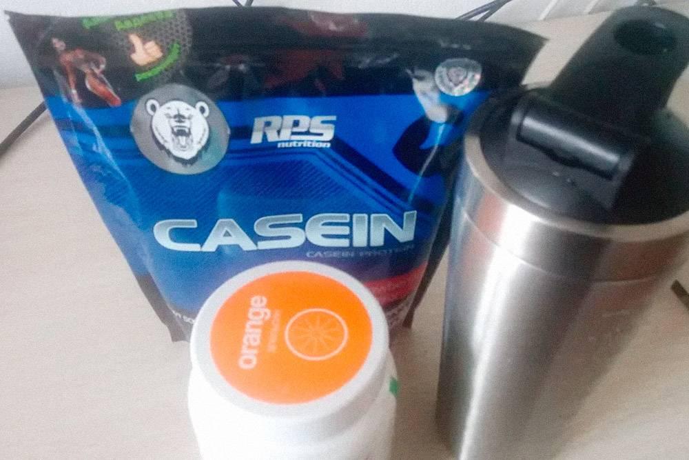 Казеин, банка с BCAA — протеиновой аминокислотой для роста мышц — и новый шейкер