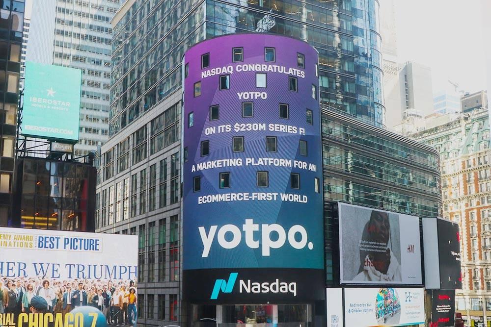 Объявление на башне Nasdaq в Нью-Йорке о закрытии Yotpo очередного раунда финансирования, март 2021года. Источник: Facebook Yotpo