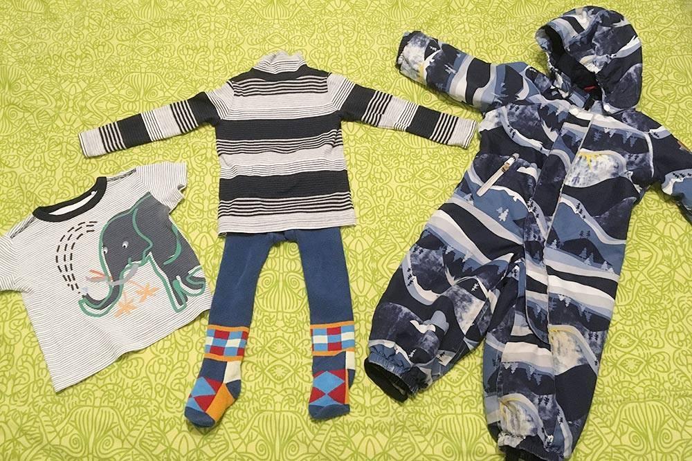 Набор одежды сына на погоду около 0 °C: белье, первый слой — колготки и трикотажная водолазка, в качестве второго и третьего — мембранный комбинезон с утеплением 160 г/м², который я купила с рук за 1800<span class=ruble>Р</span>