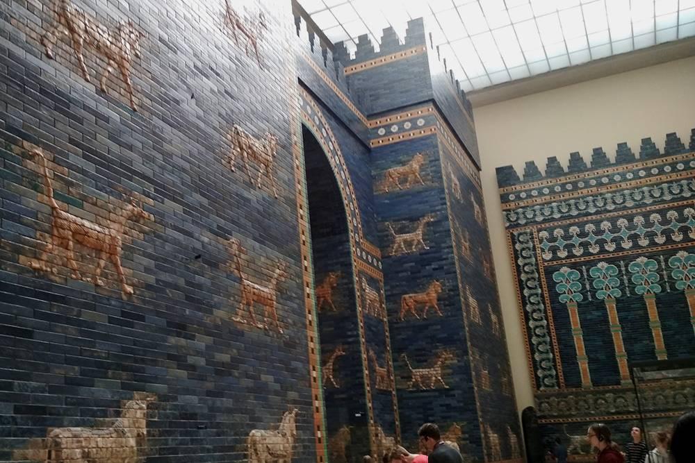 Это Ворота Иштар в Пергамском музее в Берлине. Им 2,5 тысячи лет