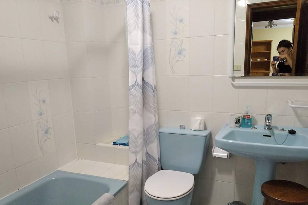 Туалет, окно которого выходит в большую комнату. На фото окна не видно, оно находится справа от зеркала