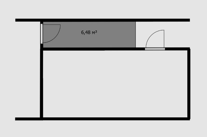 Рядом с этой квартирой есть большой тамбур — больше 6 м². Теоретически его можно было бы присоединить к квартире и получилась бы длинная вытянутая прихожая. Но чтобы присоединить этот кусок коридора в подъезде, нужно получить согласие владельцев остальных квартир, даже если эта дверь ведет только к одной квартире