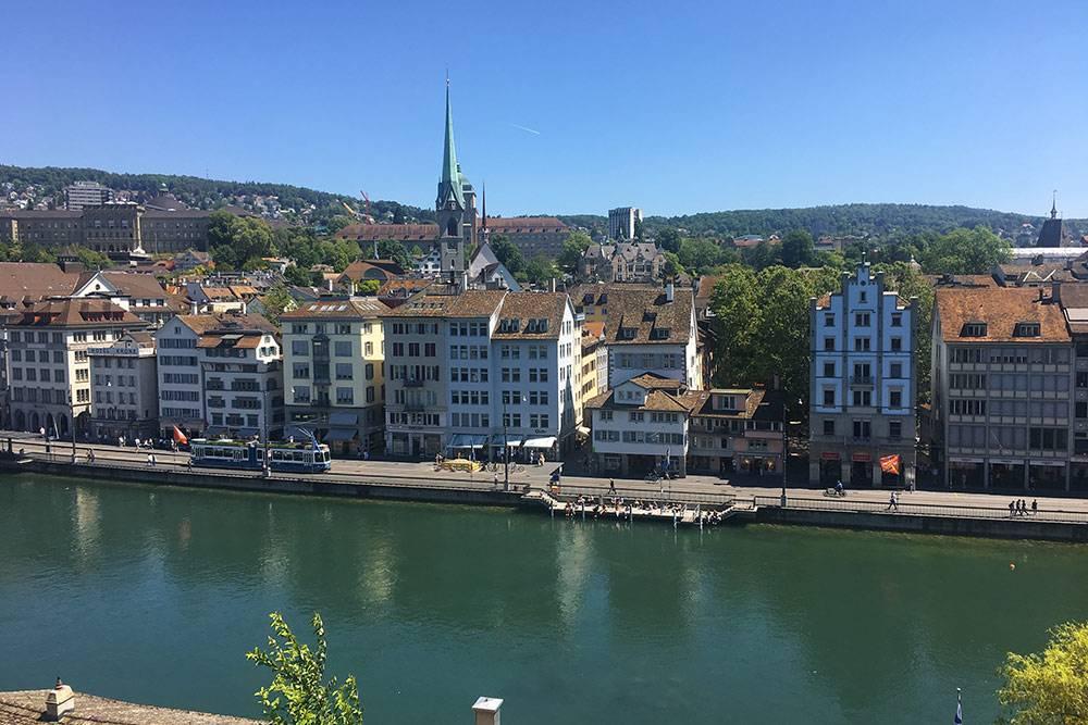 Река Лиммат протекает через центр Цюриха. Летом на небольших причалах загорают и отдыхают жители и туристы
