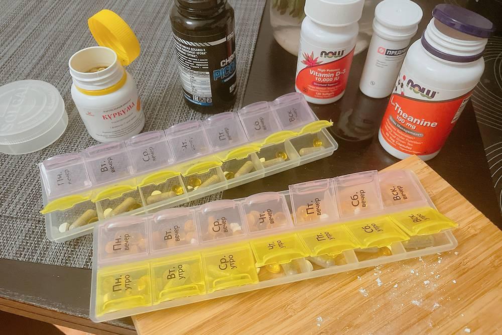 Чувствую себя Уолтером Уайтом. Но это всего лишь следы от стероидных препаратов, которые я пилю на мелкие кусочки, чтобы минимизировать побочки дляК. Остальное — витаминки, их можно не крошить