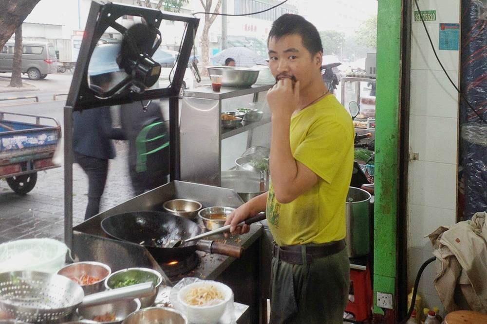 У этого парня мы обычно покупали ужин, потому что он работал до двух часов ночи. Большая порция лапши с овощами, мясом и яйцом стоила 10¥ (около 100<span class=ruble>Р</span>)