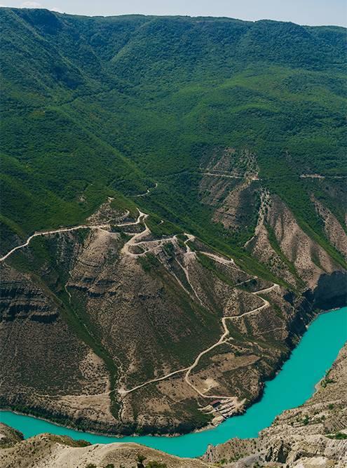 Лучше приезжать на Сулакский каньон в ясную солнечную погоду. Намповезло: на небе не было ни облачка, а вода в реке была ярко-лазурная