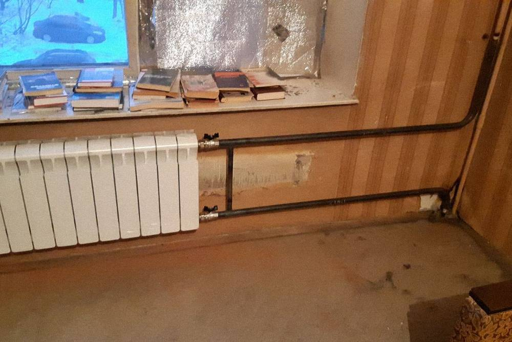 По более светлому участку на стене за новым радиатором видно, что старый занимал гораздо больше места. Новые краны на радиаторах отопления я плотно замотал малярным скотчем, чтобы придемонтаже внутрь ничего не попало. Также я потом защитил и вентиль на газовой трубе