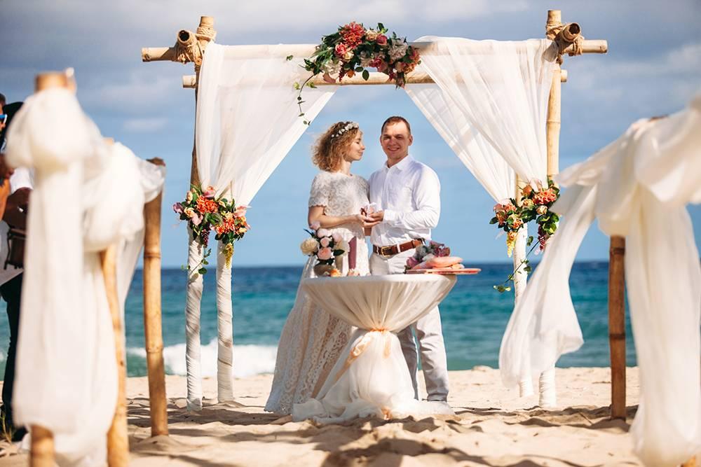 Вместо того чтобы развлекаться в Архангельске, опуская карандаш в бутылку, мы поженились на уединенном кубинском пляже