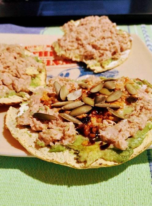 Домашние тостадас с тунцом, авокадо, острым соусом и тыквенными семечками