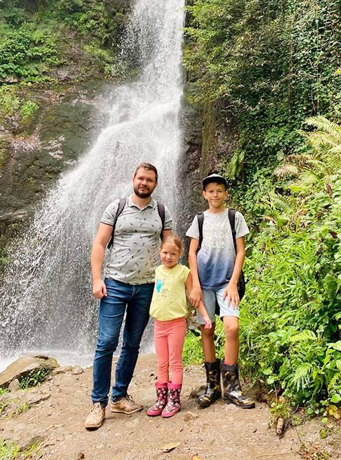 По узкой тропе мы дошли до водопада на горе