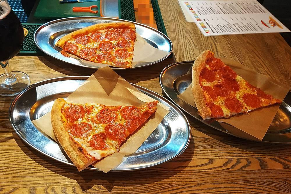 А еще в «Широкую на широкую» очень вкусная пицца и хорошая контактная стойка. Общаюсь с барменом на различные темы