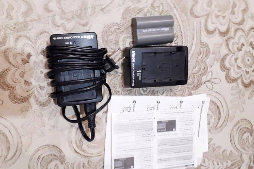 Вместе скамерой продавец прислал два зарядных устройства, два аккумулятора, защитный фильтр, ремень, пульт дистанционного управления и инструкцию. Нафото невсе, потомучто часть аксессуаров япродал