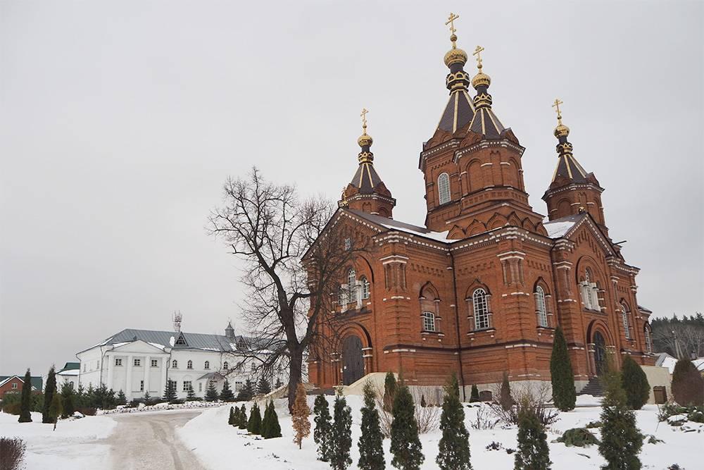 Еще один действующий монастырь в Задонске — Богородице-Тихоновская женская обитель. На ее территории расположен святой источник в честь иконы Божией Матери
