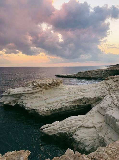 Это популярное место у свадебных фотографов. Белые скалы и голубая вода смотрятся контрастно. Но после заката камни уже не такие яркие
