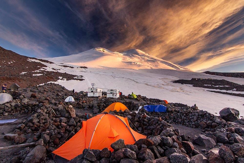 Красочный закат в лагере на высоте 3800 метров на Эльбрусе в июле 2020 года