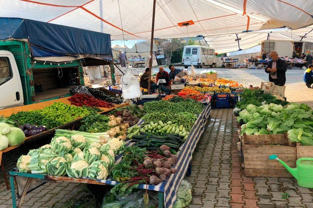 Рынок в Калкане, прилавки с овощами. Особенно порадовал выбор перцев — от сладких до суперострых