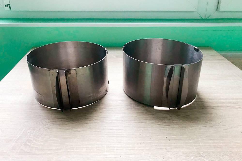 Кольцо, что слева, я купила в кондитерском магазине за 650<span class=ruble>Р</span>. А то, что справа, заказала на «Алиэкспрессе» за 390<span class=ruble>Р</span>. На вид они одинаковые, но у второго материал тоньше, и на деле оно кажется хлипким, хоть и справляется со своей функцией